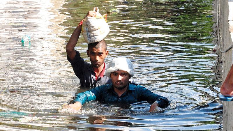 الفيضانات حاصرت الأهالي في الشوارع. إي.بي.إيه