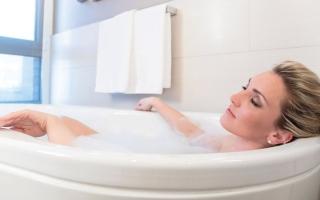 الصورة: الحمام الساخن يهدد بشرتك بالجفاف