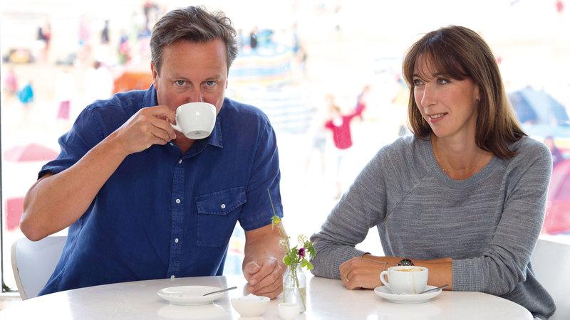 كاميرون وسامنثا يشربان القهوة في أحد الشواطئ. أ.ب