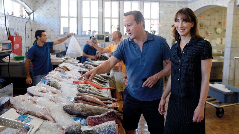 ديفيد كاميرون وزوجته في سوق السمك. أ.ف.ب