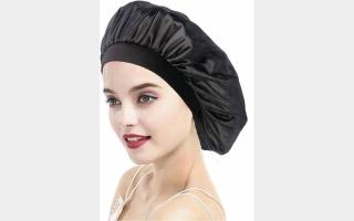 الصورة: قبعات النوم الحريرية.. الحل التاريخي العائد بقوة