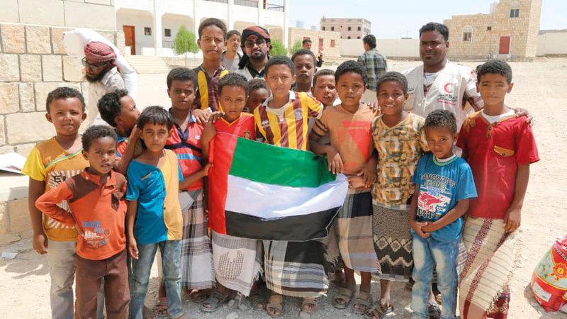 عدد من المستفيدين من المواد الغذائية والإغاثية الإماراتية لسكان قرى محافظتي حضرموت ولحج. وام