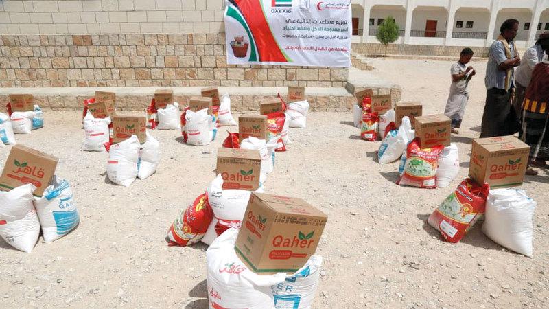 سلال غذائية تم تجهيزها لتوزيعها على عدد من سكان حضرموت ولحج. وام