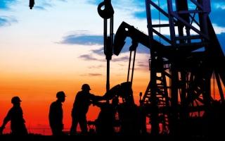 الصورة: النفط يرتفع.. لكنه يتجه إلى تكبّد خسارة أسبوعية بفعل مخاوف الطلب