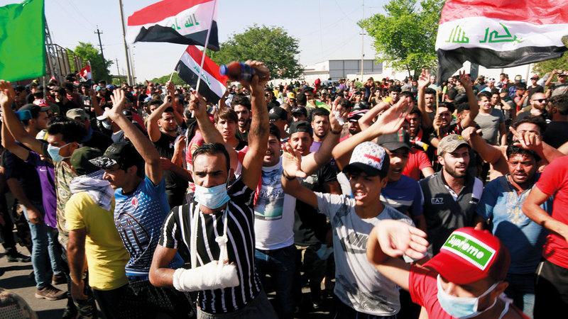متظاهرون في بغداد ضمن الاحتجاجات التي دخلت يومها الرابع. رويترز