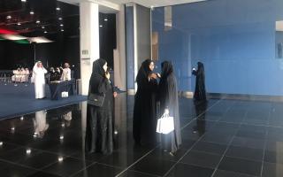 """الصورة: كبار المواطنين والنساء و""""الهدايا"""" يزيّنون افتتاحية يوم الانتخاب الرئيس في أبوظبي"""