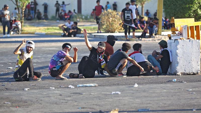 متظاهرون في حالة كرّ وفرّ مع قوات الأمن العراقية وسط بغداد. أ.ف.ب