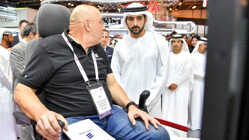 حمدان بن محمد تعرّف خلال زيارته لأجنحة عدد من الشركات الكبرى إلى أحدث التقنيات وتطبيقاتها. من المصدر