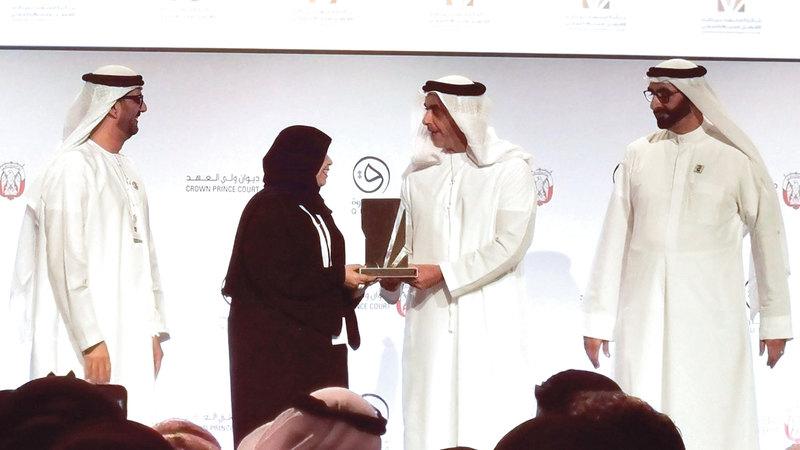 سيف بن زايد يكرّم ليلى اليماحي لفوزها بجائزة محمد بن زايد للمعلم الخليجي. تصوير: إريك أرازاس