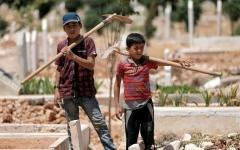 الصورة: أطفال يحفرون القبور من أجل البقاء في إدلب الممزقة