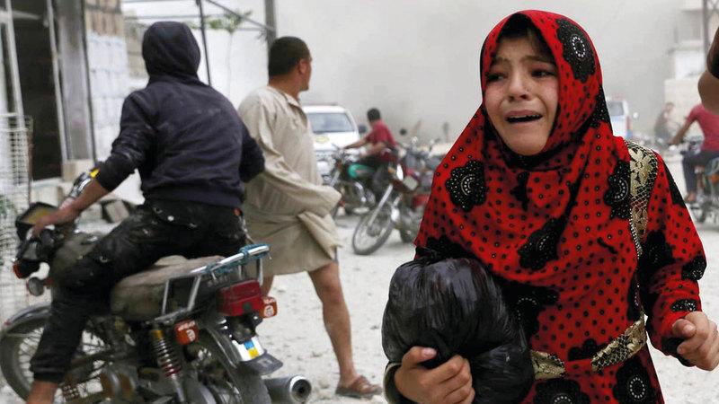 طفلة سورية تبكي في إدلب خلال غارة جوية. أرشيفية