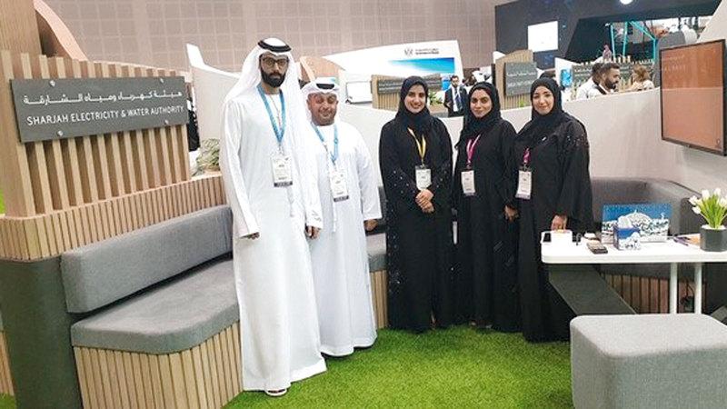 عدد من منتسبي «كهرباء ومياه الشارقة» خلال معرض «جيتكس».من المصدر