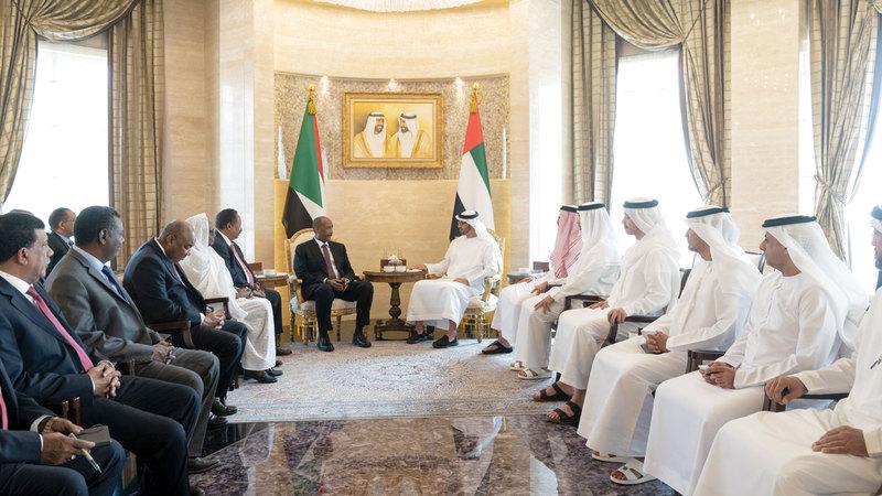 محمد بن زايد خلال استقباله رئيسي المجلس السيادي والحكومة الانتقالية في السودان. وام