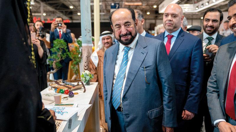 سلطان القاسمي خلال جولته على دور النشر المشاركة في معرض ليبر الدولي للكتاب حيث اطلع على أحدث إصداراتها ومبادراتها الثقافية. الإمارات اليوم