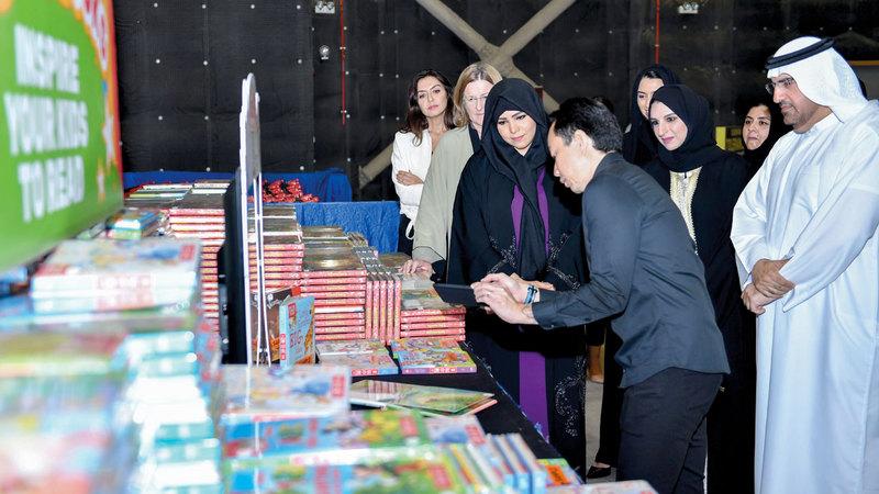 لطيفة بنت محمد خلال افتتاح معرض «بيغ باد وولف» للكتب في مدينة دبي للاستوديوهات. الإمارات اليوم