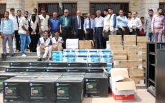 الصورة: الإمارات تقدّم 80 طناً من المساعدات لسكان الأحياء الغربية بالمكلا