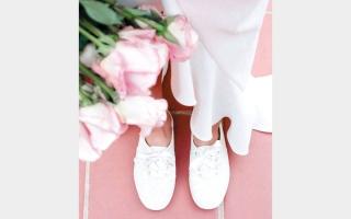 الصورة: الحذاء الرياضي.. خيار جديد للعروس العملية
