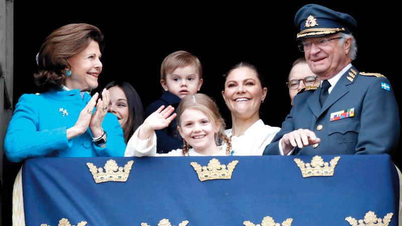 ملك السويد مع أحفاده.  أرشيفية