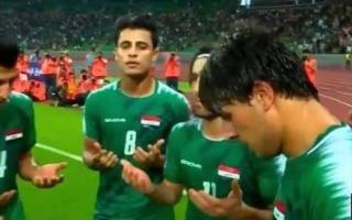 """الصورة: بالصور.. لاعبو منتخب العراق يقرؤون """"الفاتحة"""" بعد التسجيل بمرمى هونغ جونغ"""