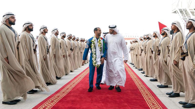 محمد بن زايد لدى استقباله هزاع المنصوري. من المصدر