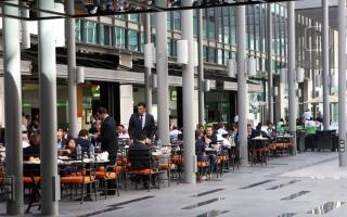 الصورة: مستهلكون: ارتفاع أسعار وجبات منافذ البيع المفتوحة بنسب تصل إلى 30%