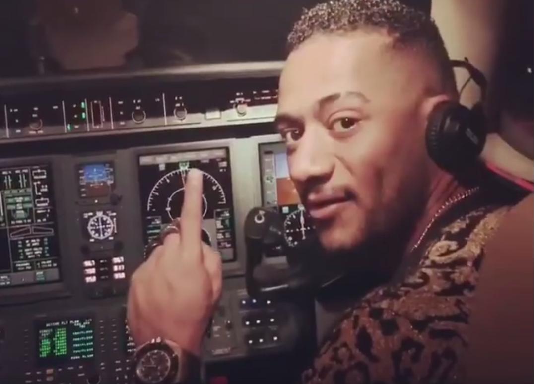 محمد رمضان يقود الطائرة المدنية