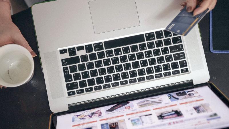 خبير أكد أن اكتشاف مشكلة في السلعة بعد شرائها يُعدّ من عيوب التجارة الإلكترونية. أرشيفية