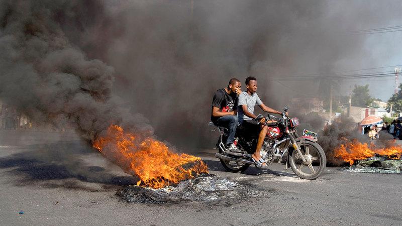 إطار سيارة مشتعل خلال أعمال شغب للمعارضة. إي.بي.إيه
