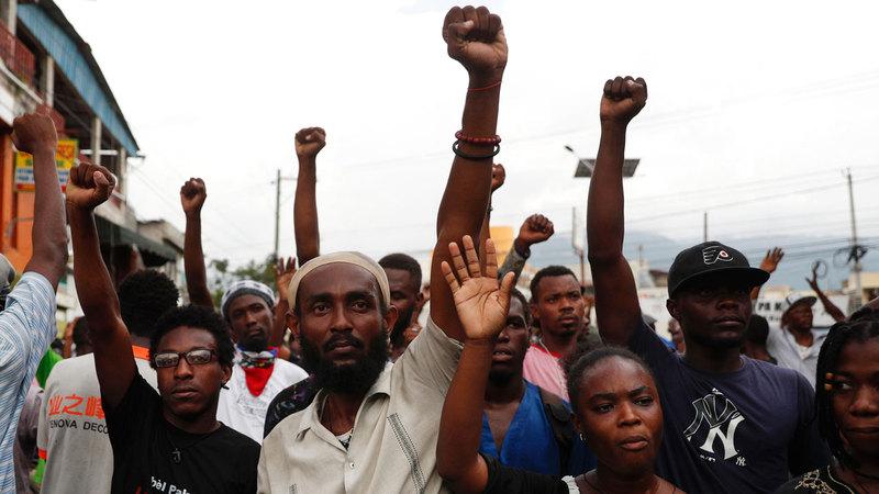 المتظاهرون خرجوا إلى الشوارع احتجاجاً على سياسات الحكومة والفساد. أ.ب