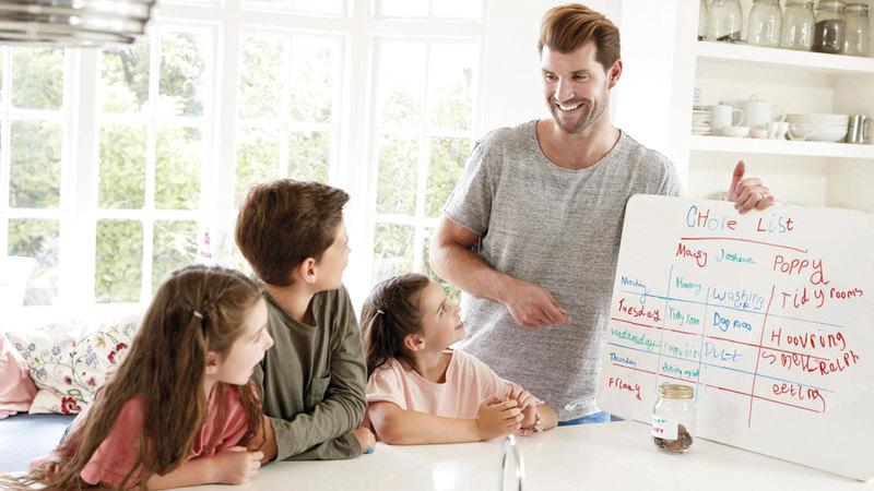 ضيق الوقت يُجبر العائلات على توزيع الأعمال المنزلية.  أرشيفية