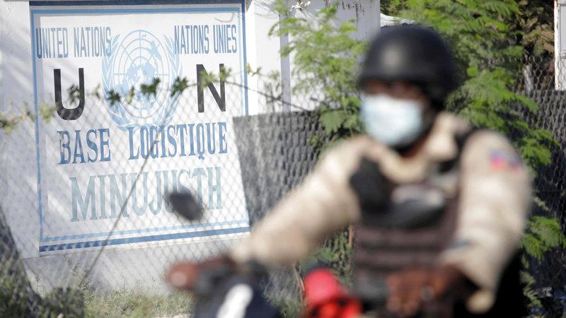 رجل شرطة يمر قبالة مقر بعثة الأمم المتحدة في بورت أو برنس. رويترز