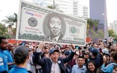 الصورة: أول مرشح آسيوي أميركي للرئاسة يعــد بـ«1000 دولار» لكل بالغ