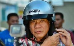 الصورة: رئيس الفلبين «في أيدٍ أمينة» بعد سقوطه من على دراجة نارية