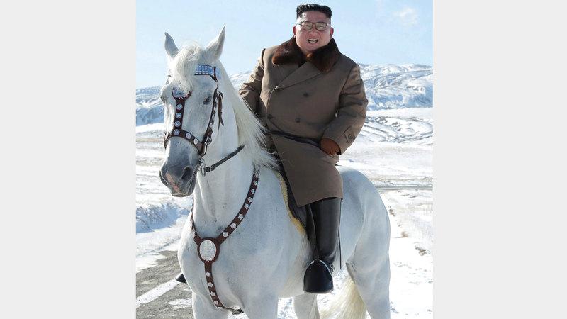 كيم يبتسم لكاميرات المصورين وهو على ظهر حصانه. أ.ف.ب