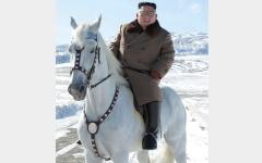 الصورة: كيم جونغ أون يمشي على خطى بوتين في ركوب الخيل