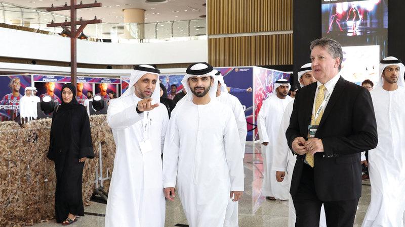 منصور بن محمد جال في المعرض وتعرّف إلى أبرز المستجدات في عالم الألعاب الإلكترونية على مستوى العالم.  من المصدر