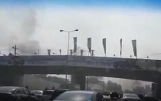 الصورة: بالفيديو.. اغلاق طريق مطار بيروت دولي بالحرائق احتجاجا على تردي الوضع الاقتصادي