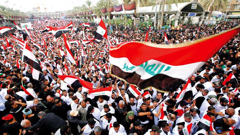 آلاف العراقيين يهتفون ضد الفساد في كربلاء. رويترز