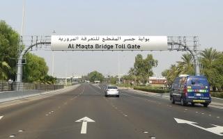 الصورة: مَطَالب بتوفير «مسار بديل» لبوابات التعرفة المرورية في أبوظبي