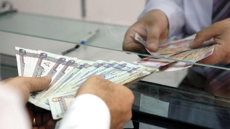بعض البنوك تفرض رسماً بقيمة 20 درهماً بعد التعامل مع الصراف 7 مرات. الإمارات اليوم