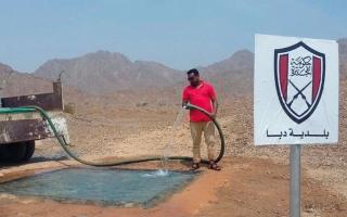 الصورة: «دبا الفجيرة» تحمي حياة الحيوانات بأحواض مياه بين الجبال