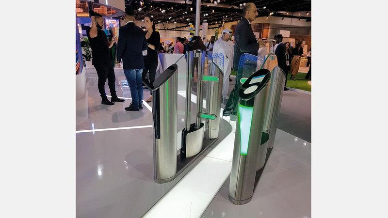 إنارة LED توضح للمتجه نحو البوابات إذا كانت متاحة له أم لا. الإمارات اليوم