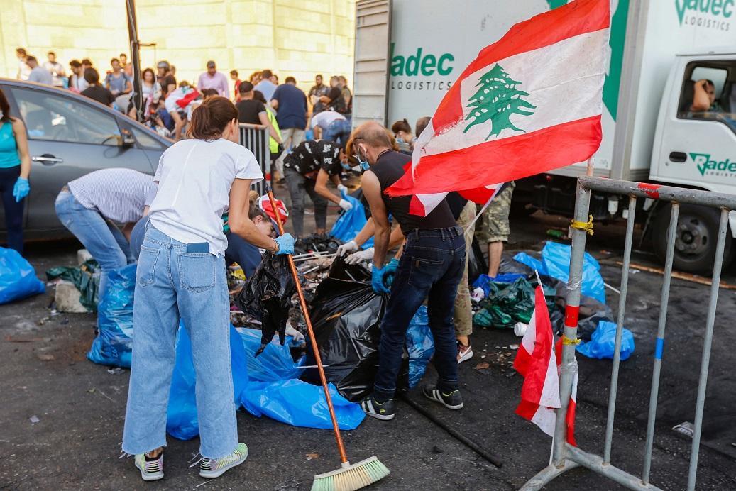متظاهرو لبنان ينظفون ساحات الاحتجاج - رويترز
