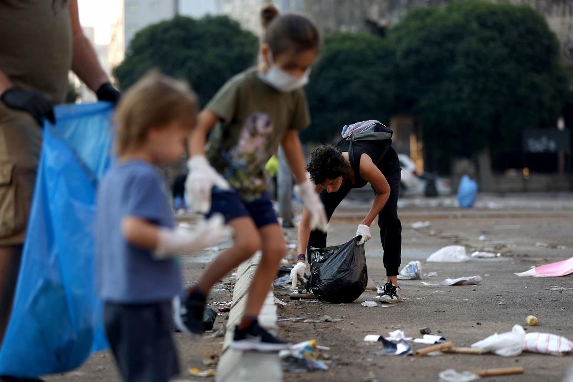 متظاهرو لبنان ينظفون ساحات الاحتجاج - أ. ف. ب