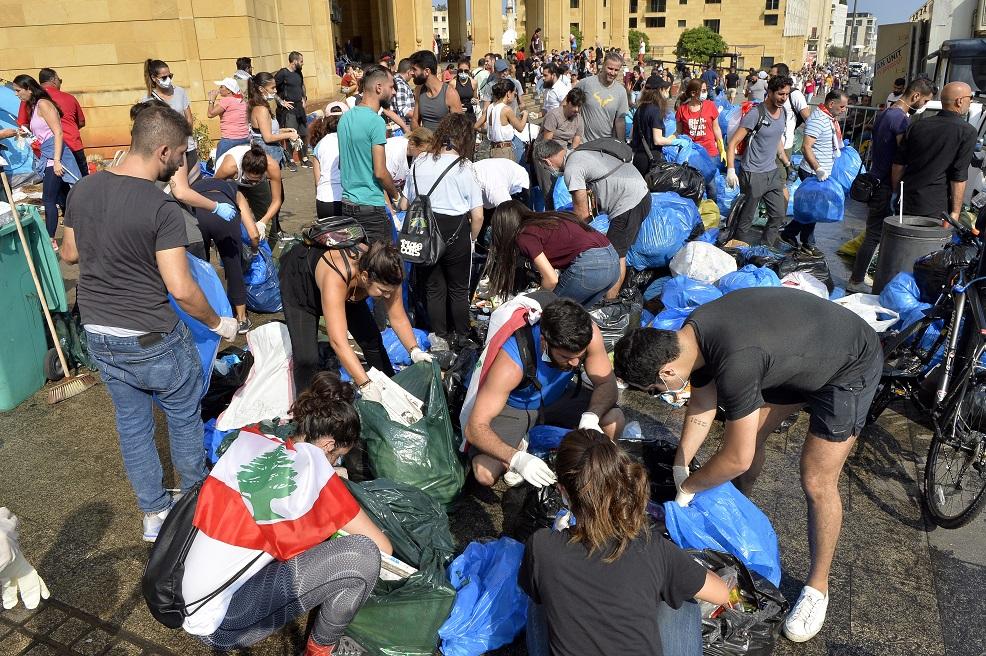 متظاهرو لبنان ينظفون ساحات الاحتجاج - إي. بي. إيه