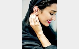 الصورة: ثقب الأذن.. «حُمى» تبرق بالألماس خلف «الشيلة» الرقيقة
