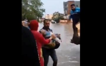 الصورة: مشهد مأساوي لوفاة طفلة صعقاً يصدم المصريين
