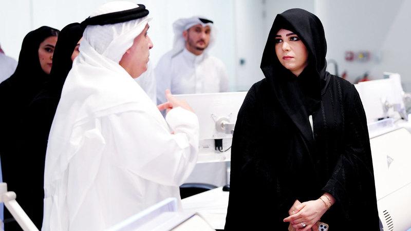 لطيفة بنت محمد خلال زيارتها مركز التحكم الموحد لأنظمة النقل والطرق بحضور مطر الطاير. وام