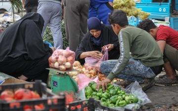 الصورة: بالصور.. عراقيون يتهافتون على المتاجر ومحطات الوقود تحسباً لتظاهرات الجمعة