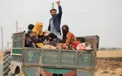 الصورة: القوات الكردية تنسحب من مواقع حدودية مع تركيا شمال سورية